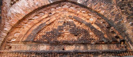 Geometric design in the tympanum; Adina mosque 1