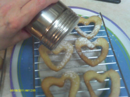 Sprinkle the top cookie with Confectioner's sugar.