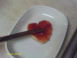 Spread the bottom cookie with jam.