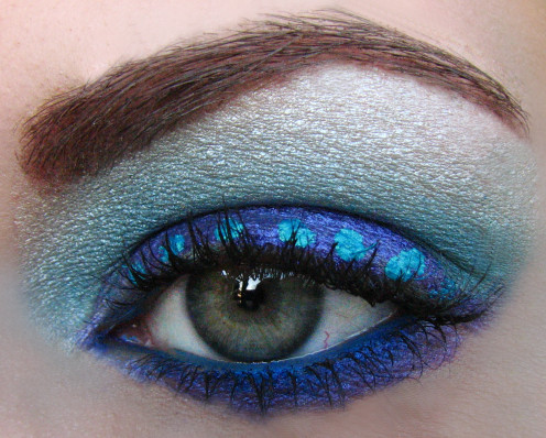 Hot Spring and Summer Makeup trends include strong vivid blue eyeshadow.
