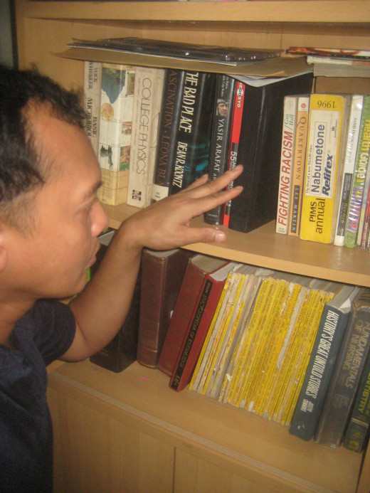 Travel Man, selecting a book to read (Photo Source: Ireno Alcala)