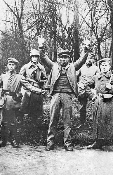 Soldiers posing with a captured revolutionary during the German Revolution of 1919, a state of political and military conflict between the new Weimar Republic and revolutionary groups.