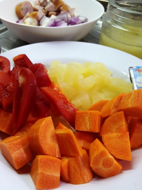 Enjoy the health benefits of carrots with red pepper, pineapple and chicken.