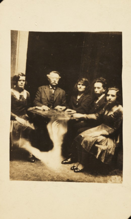 A photograph of a group gathered at a séance, taken by William Hope in about 1920.