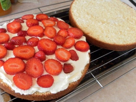 Spread cream on the bottom layer and add strawberry slices