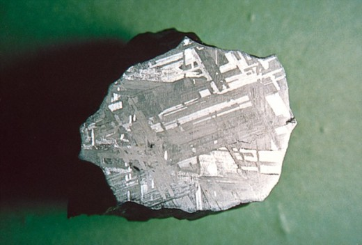 sliced meteorite showing a typical Widmanstätten pattern