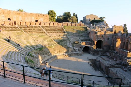 10,000 seat semi-circular Roman amphitheatre in Taormina.