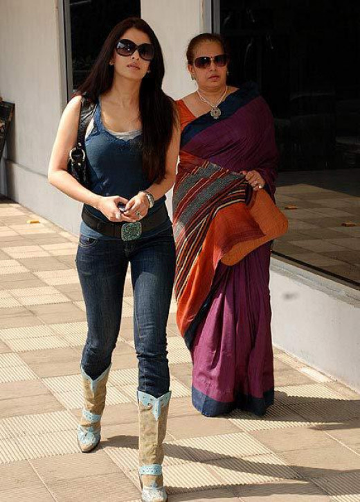 Aishwarya Rai Bachchan shopping with her Mom