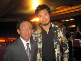 The actor beside me here is Munetaka Aoki. He plays as Snnosuke in the live action Ruroni Kenshin movie.