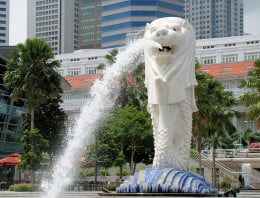 Just some 10-minute walk away is the Merlion park, where the country's symbol stands serenely facing Marina Bay sands to the east. You definitely have to drop by to take a few pictures with this symbol of Singapore.