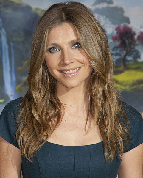 "Sarah Chalke: Grey's Anatomy, Season 9, Episode 19, ""Can't Fight This Feeling"", first aired on March 28, 2013. [http://en.wikipedia.org/wiki/File:Sarah_Chalke_2013.jpg]"
