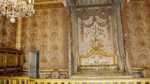 Near the bed is an open door, a secret passage through which Marie Antoinette escaped.