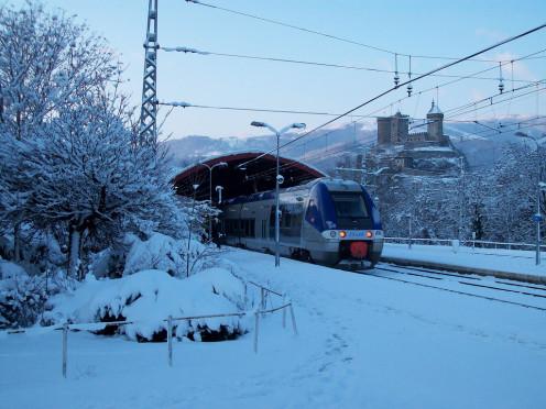 Train entering Foix station under snow