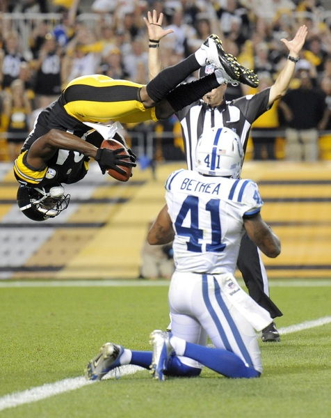 This is a great action shot from a Pittsburgh Steelers and Indianapolis Colts game.