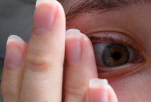 Remove your contact lens hassle free