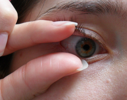 how to remove a contact lens