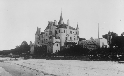 Beacon Towers, a building which served as inspiration for The Great Gatsby. This photograph is from 1922, around the time F. Scott Fitzgerald would have seen the house.
