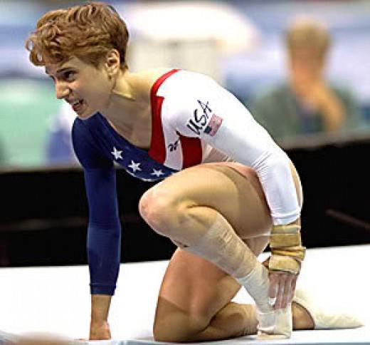 Kerri Strug seals U.S. victory in 1996 Olympics despite broken ankle
