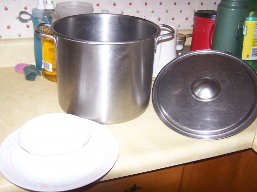 This is the arge stock pot, a cereal bowl, and large plate I use to steam the spinach.