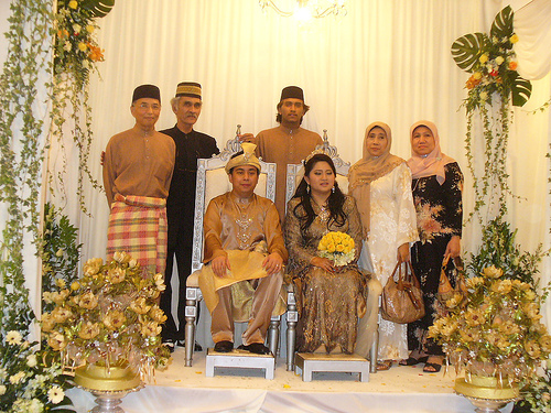A traditional Malay wedding, in which men don the baju Melayu and women don the baju kurung