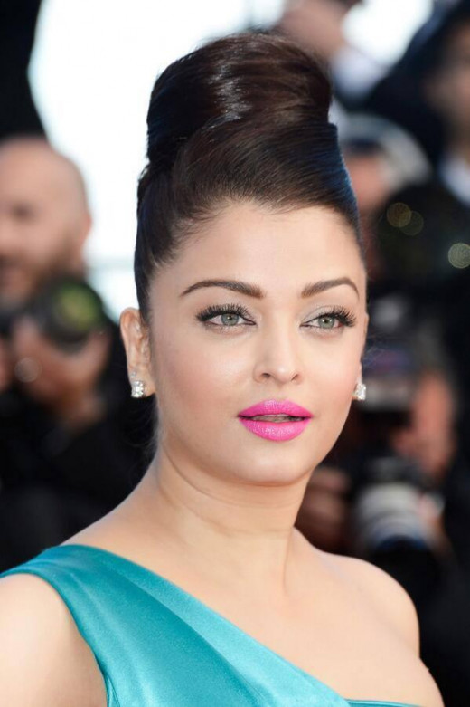 This hairdo was a disaster for Aishwariya. Making her face look bigger than usual and making her scalp look narrow.