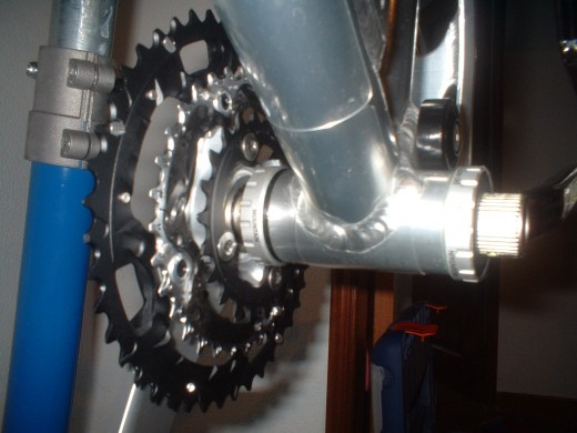 Inserting the crankset axis into place