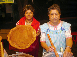 Shows the size and people who prepare Buñuelos