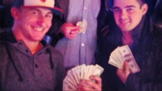 This picture is misleading, but scholarship athletes like Johnny Manziel are more likely to have spending money than students without scholarships.