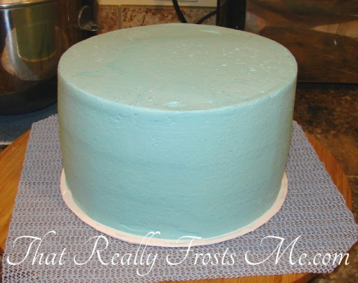 The maker of this cake has achieved a neat, smooth and pretty look for it.
