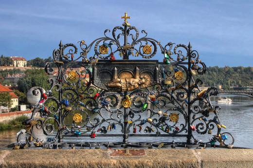 """The """"love lock"""" statue"""