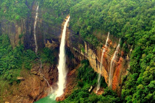 Nokhalikai Falls in Cherrapunji is one of the most beautiful waterfall in the planet, surrounded by lush green forests and small settlements of happily living people.