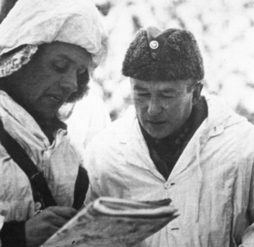 Colonel Siilasvuo receiving a briefing during the Battle of Suomussalmi.