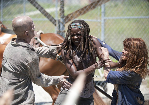 Michonne fighting Walkers attempting to escape