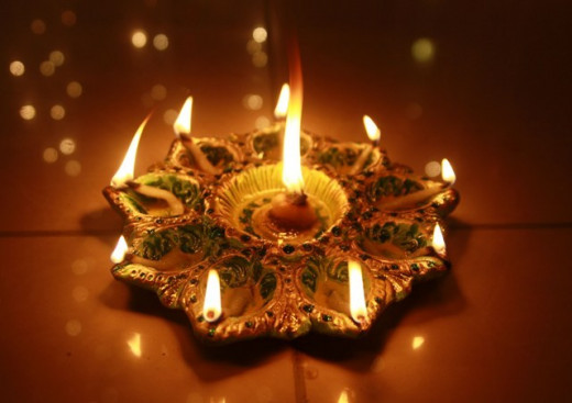 A beautiful ray of diya in a pre-made diya platter. This is perfect for Puja or centerpieces. You will never go wrong with this kind of decoration.