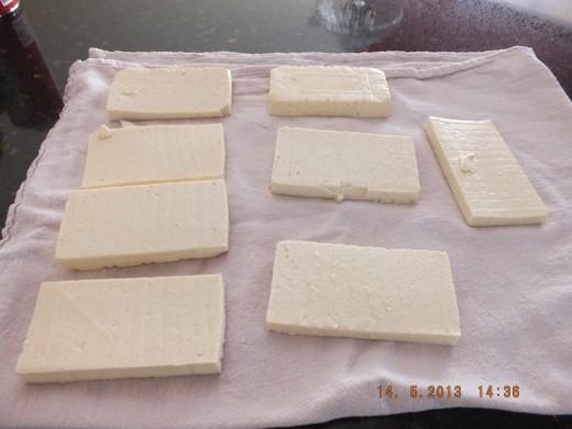 Lay your sliced tofu on a tea towel.