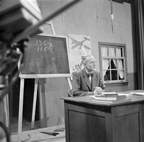 Johan Bodegraven in the television game 'Ziet u er iets in?' (Do you see something in?) in 1951