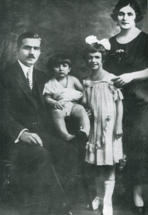 Small Maria with the parents and the sister greater Giacinta.
