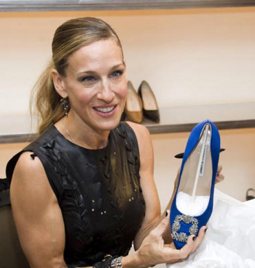 SJP holding a Manolo shoe