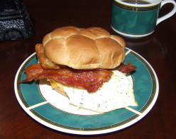 How To Make The Ultimate Bacon And Egg Sandwich (Grub With Hub)
