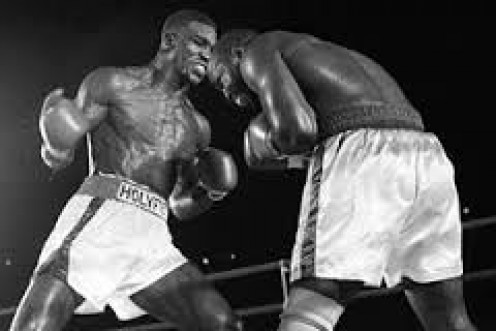 Evander Holyfield beat Dwight Muhammad Qawi by 15 round decision for the Cruiserweight Championship.