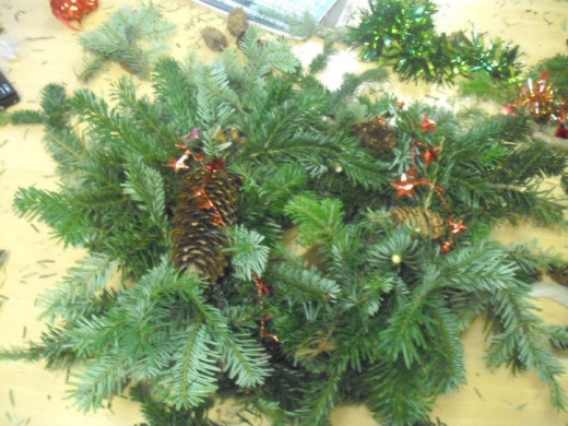 Choose either a  natural or a  glittering look for your wreath.