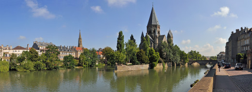An ideal picture of the Moselle as it crosses Metz.