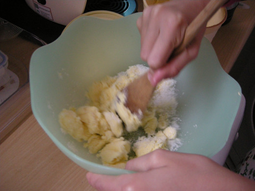 Mix the sugar and margarine until creamy