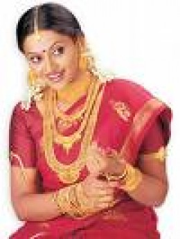 Bride bedecked in Gold Jewellery and Kanjeevaram Silk Saree