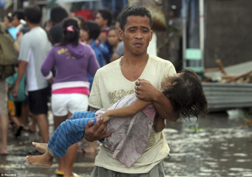 Philippines Typhoon Haiyan: Devastated father carries his dead daughter
