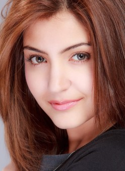 Anushka Sharma - The best Indian beach body, beauty personified ! Saree, Blue Dress and cute Pics, photo shoot Videos, H