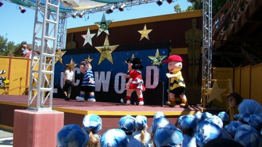 The Peanuts Gang Preforming at Knott's Berry Farm