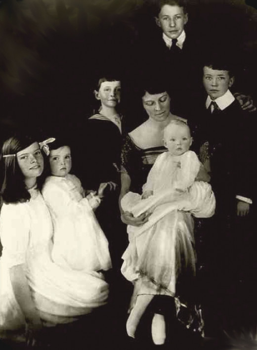 Mrs. Hepburn in 1921 with her six children (left to right): Katherine, Marion, Robert, Thomas (behind mother), Richard, and Margaret (in lap).