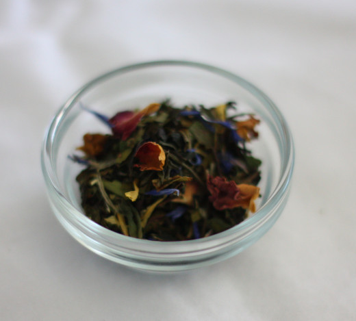 A loose white tea blend with Rosebuds.