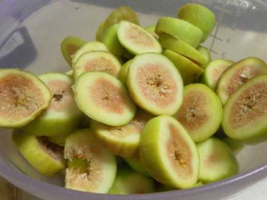 Beautiful sliced figs ready to be made into preserves!